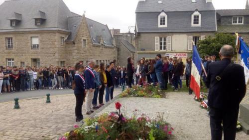 Commémoration de l'appel du 18 juin, à Saint-Pol-de-Léon avec les jeunes de l'ensemble scolaire du Kreisker